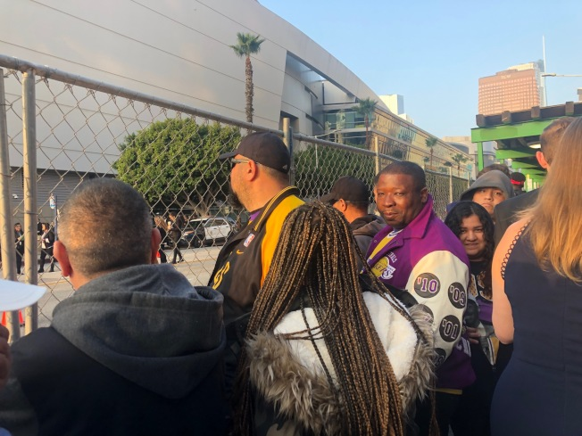 人們聚集在Staples Center,送科比最後一程。(記者張宏/攝影)