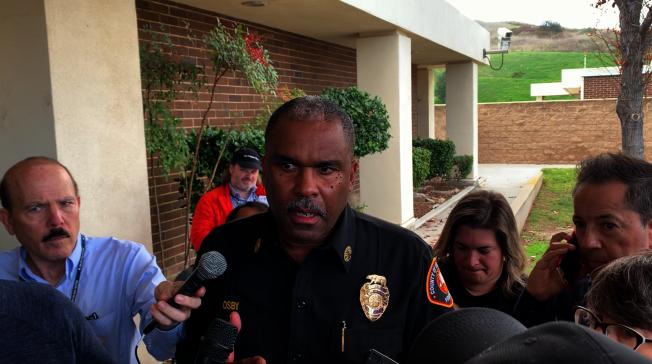 洛杉磯縣消防局長Daryl Osby說明直升機墜落案情。(記者陳開/攝影)