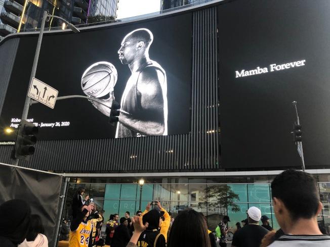 大屏幕上的柯比成了黑白色。(記者張宏/攝影)