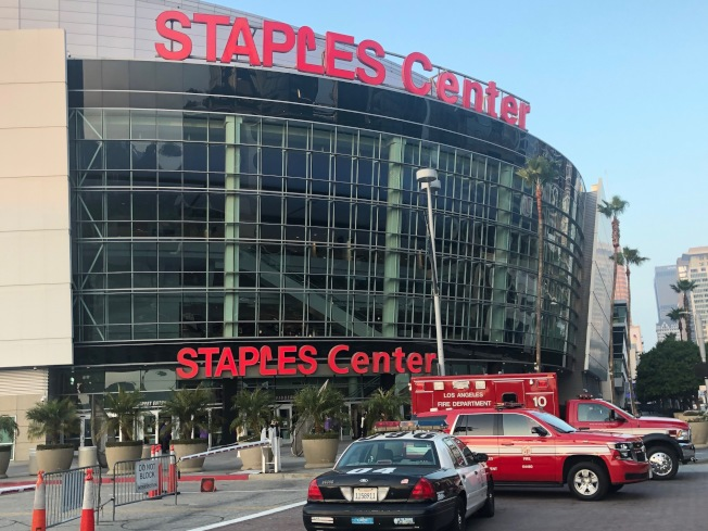 26日傍晚時分,Staples Center門前因當晚舉行葛萊美頒獎典禮,道路封閉。(記者張宏/攝影)