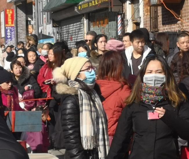 紐約華社民眾在參加新春遊行等人群聚集活動中,不少人戴著口罩。(記者黃伊奕/攝影)