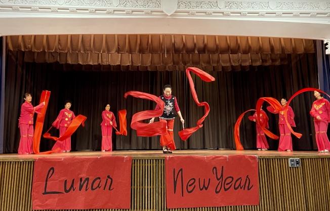 紅綢舞「好日子」拉開農曆新年慶典的帷幕。(記者朱蕾/攝影)
