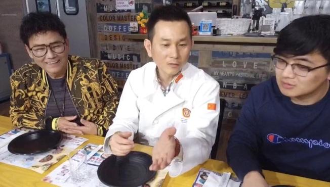 主持倪北嘉(左)中國烹飪大師邵曉雷(中)。(記者金維多/攝影)