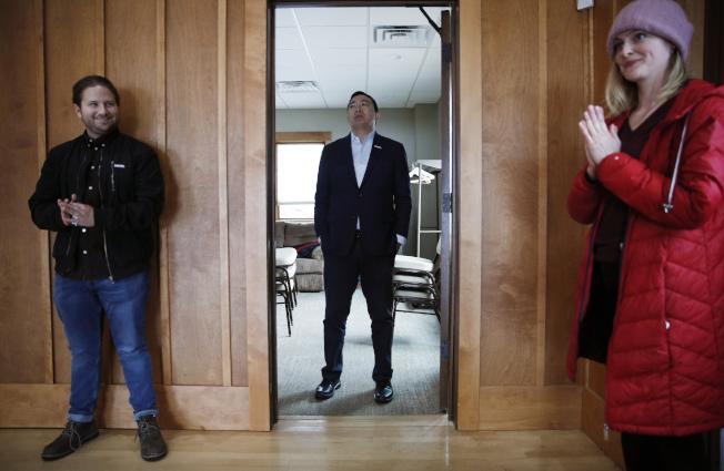 對於妻子在懷孕時遭婦產科醫師性侵,華裔民主黨總統參選人楊安澤相當自責。圖為他上周在愛阿華州競選活動上等後出場。(美聯社)