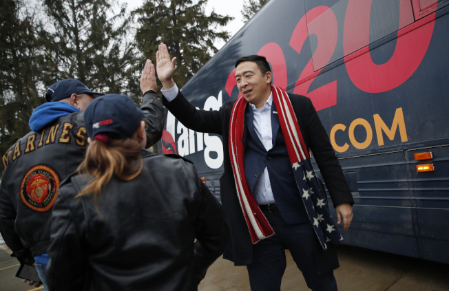 對於妻子在懷孕時遭婦產科醫師性侵,華裔民主黨總統參選人楊安澤相當自責。圖為他上周在愛阿華州和支持者擊掌。(美聯社)