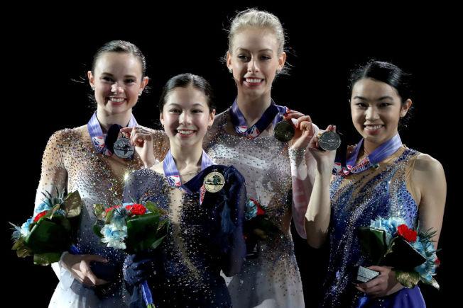 來自列治文市的華裔女子滑冰選手劉美賢(左二)再度奪得美國女子花式滑冰錦標賽冠軍。右一為陳楷雯。(Getty Images)