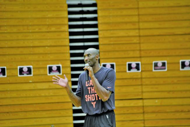 2015年7月,世界日報洛杉磯社舉辦第3屆美國加州Kobe Bryant 籃球夏令營,柯比每天現身鼓勵學員認真練球,打下札實基礎。(本報檔案照)