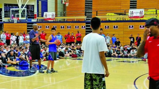 洛杉磯世界日報20147月舉辦第2屆美國加州Kobe Bryant 籃球夏令營,柯比上場教球。(本報檔案照)