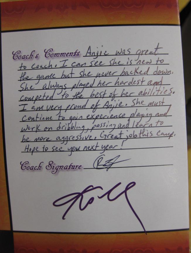 2014年7月,洛杉磯世界日報舉辦第2屆美國加州Kobe Bryant 籃球夏令營,柯比每天現身鼓勵學員認真練球,打下札實基礎,還附上親筆簽名。(本報檔案照)