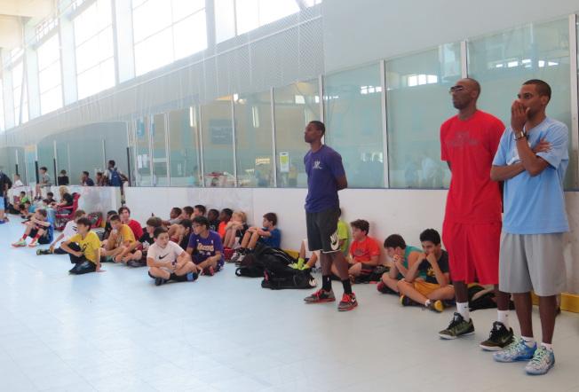 洛杉磯世界日報20147月舉辦第2屆美國加州Kobe Bryant 籃球夏令營,柯比場邊觀戰。(本報檔案照)