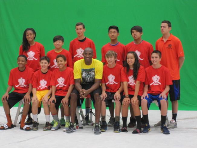 由洛杉磯世界日報主辦的「2013美國加州Kobe Bryant 籃球夏令營」活動,柯比與夏令營學員合影。(本報檔案照)
