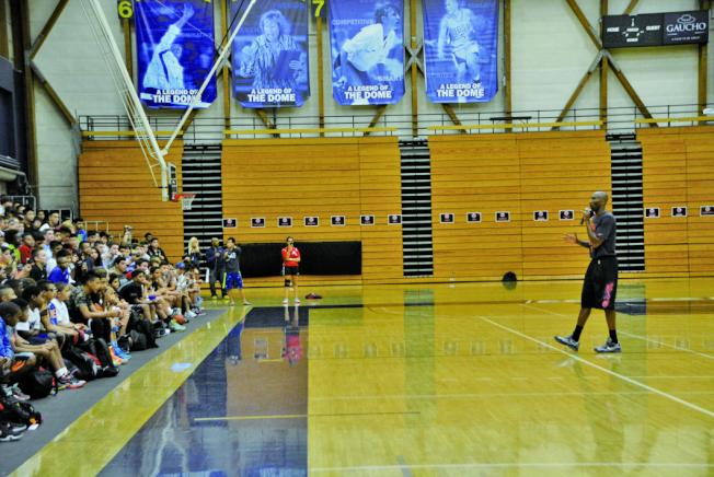 2015年7月,洛杉磯世界日報舉辦第3屆美國加州Kobe Bryant 籃球夏令營,柯比每天現身鼓勵學員認真練球,打下札實基礎。(本報檔案照)