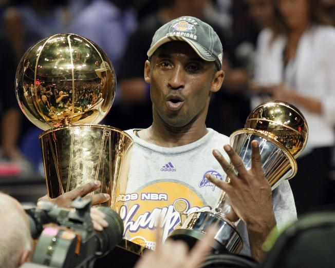 傳奇球星柯比‧布萊恩特墜機身亡。圖為 2009年奪得MVP。美聯社