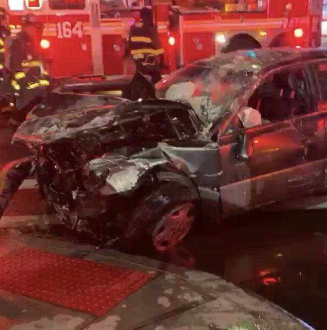 汽車前部被撞毀。(citizen app視頻截圖)
