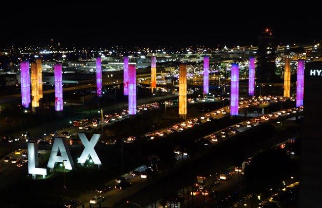美國職籃NBA退役球星柯比‧布萊恩特墜機早逝,悲傷籠罩洛杉磯,洛杉磯國際機場打上紫金燈光紀念。(取自推特)