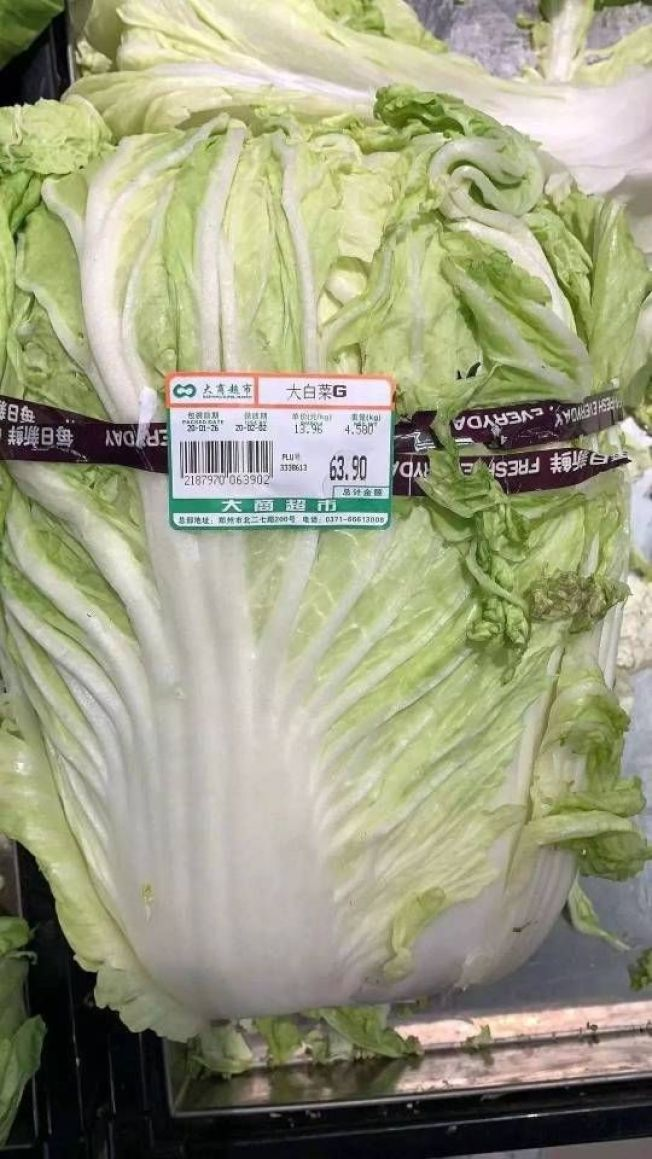 一顆大白菜要價63.9元,被網友批評為發「災難財」。(取材自央視)