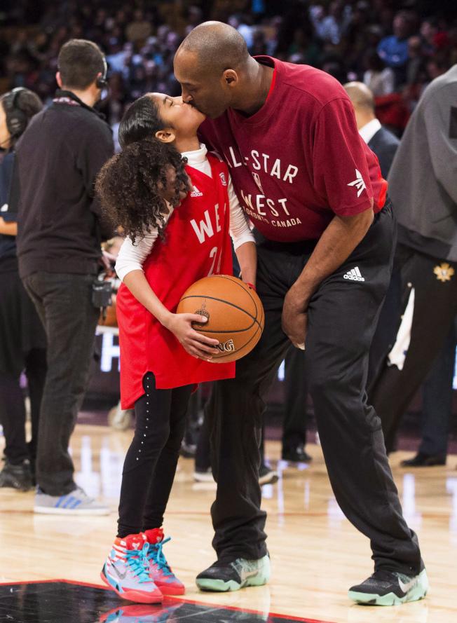 柯比二女兒吉安娜(Gianna)從小展現對籃球的熱愛和天賦。圖為2016年柯比和二女兒的親密照。(美聯社)