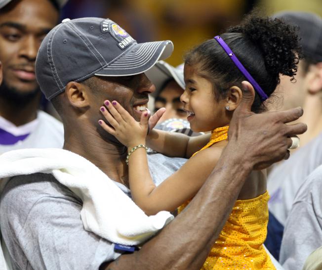 柯比二女兒吉安娜(Gianna)從小展現對籃球的熱愛和天賦。圖為2009年柯比和二女兒的照片。(美聯社)