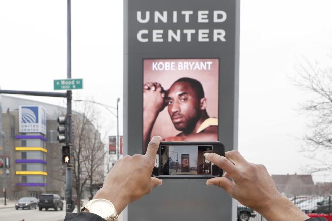 NBA傳奇柯比26日墜機驟世的事,震驚全美,舉國哀悼。芝加哥一位球迷27日在路邊拍攝悼念柯比的海報看板。(美聯社)