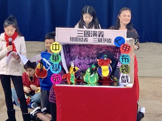 中華學苑七甲學生帶來精彩的「三國演義布袋戲」,中文造詣極高。(記者陳良玨╱攝影)