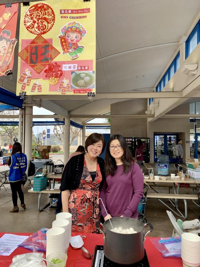 美食園遊會由理事會和家長共同籌備,中華料理上桌。(記者陳良玨╱攝影)