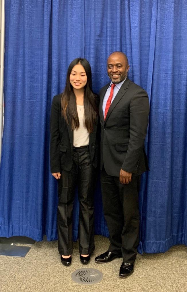加州教育總學監Tony Thurmond(右)祝賀王紫熠膺選年度聯邦參議院青年代表。(王紫熠提供)