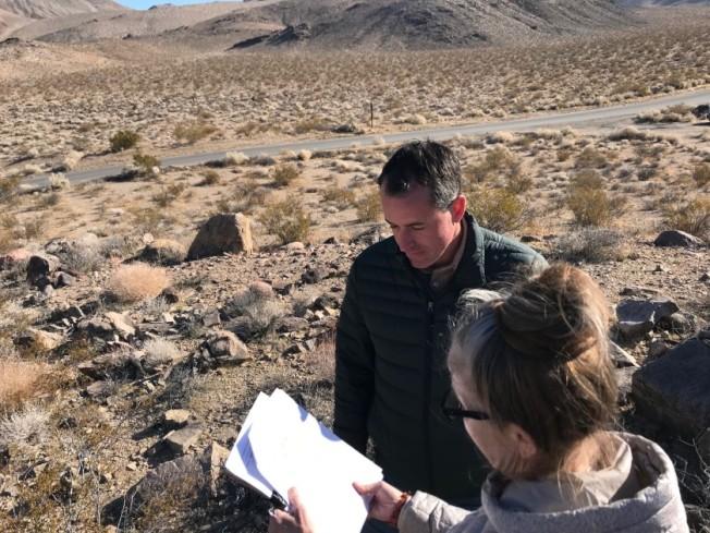 環保人士現場查看聯邦政府,有意開放建地熱發電廠的歐文谷土地。(洛杉磯時報)