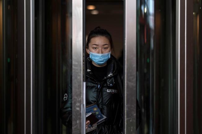 國務院撤僑專機將於29日抵達已被封鎖的武漢機場。圖為北京飛墨西哥的旅客走出航廈。(Getty Images)