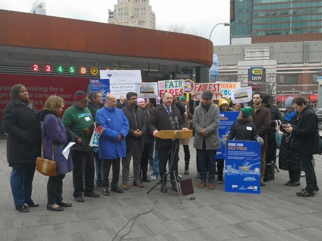 市議長張晟(前排左六)與多名市議員宣布新一年度半價捷運卡開始申請。(記者黃伊奕/攝影)