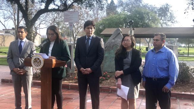 州議員聖地亞哥(Miguel Santiago)(左一),前加州參議會議長德利昂(Kevin de León)(左三)等舉行記者會,譴責杭廷頓公園市警局違反庇護州法。(記者王若然/攝影)