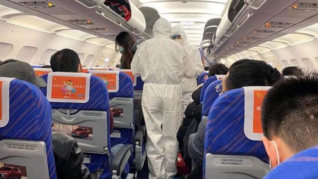 美國從武漢撤僑的航班將於28日改降洛杉磯東郊的安大略國際機場。圖為此前上海醫護人員檢查航班乘客身體情況。(路透)