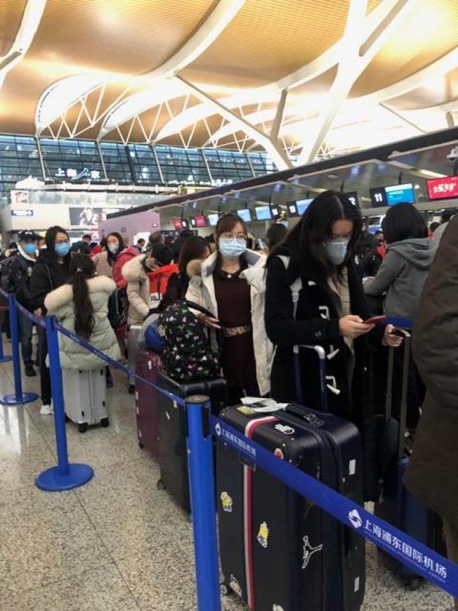上海浦東機場到處都是戴口罩的旅客。(Linda李提供)