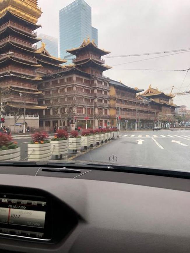 上海靜安寺,每年春節最熱鬧的地方,27日格外冷清。(Linda李提供)