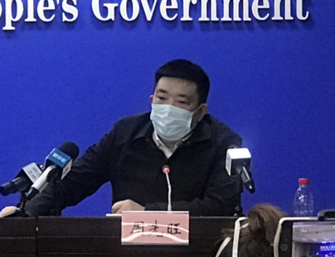 不願承認有錯的武漢市長周先旺,上周出席記者會。(中新社)