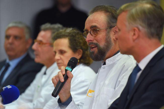 法國疫學專家Denis Malvy(右二)27日與其他醫學專家在法國西南部的Pellegrin大學附屬醫學院的記者會上表示法國波爾多有一名確診中國籍男子。法國外交部正考慮撤出在中國的僑民。(Getty Images)