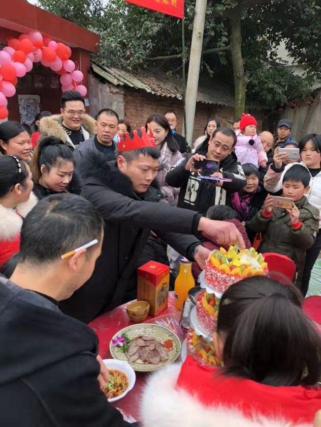劉兵被找到後,家裡人為他買了一個蛋糕,慶祝39歲生日。(取材自澎湃新聞/受訪者提供)