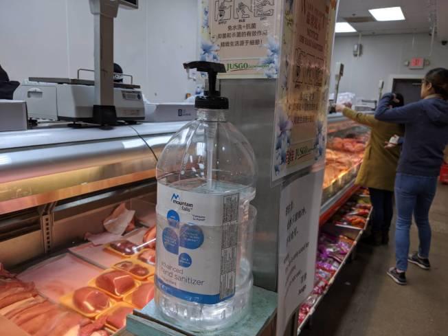 百佳超市備有消毒酒精。(記者蕭永群/攝影)