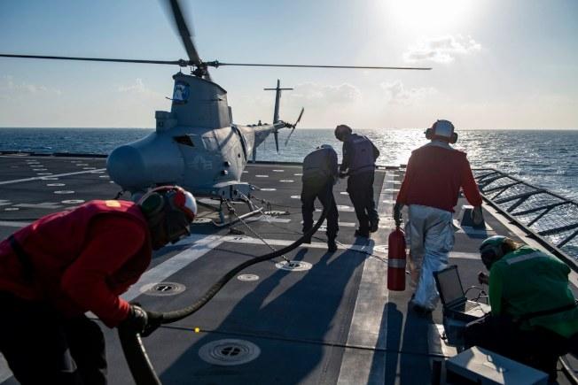 日本媒體報導,美國戰艦蒙哥馬利號25日行經南海南沙群島附近。圖為美國第七艦隊臉書26日貼出蒙哥馬利號上水手23日準備給MQ-8B無人機加油。取材自臉書