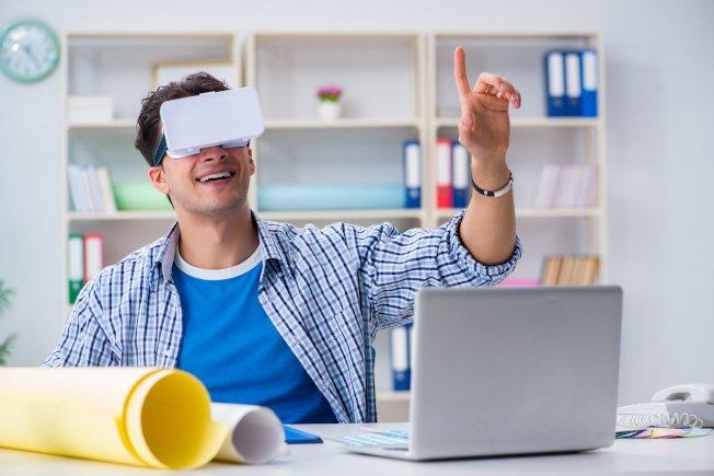 虛擬實境(VR)頭戴式顯示器(Oculus Rift)讓玩家可以更身歷其境的體驗遊戲內容。圖/ingimage