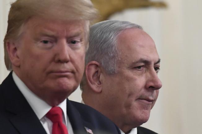 總統川普今天公布中東和平計畫,發布會上,身旁還有來訪的以色列總理內唐亞胡(Benjamin Netanyahu)。(美聯社)