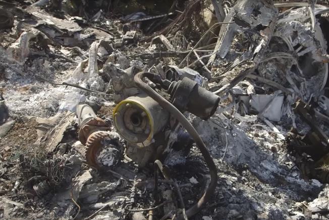 洛杉磯湖人隊傳奇球星柯比‧布萊恩特墜機現場,機身殘骸四散。(美聯社)