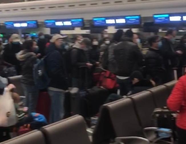 待撤美僑在天河機場排隊等候。(讀者提供)
