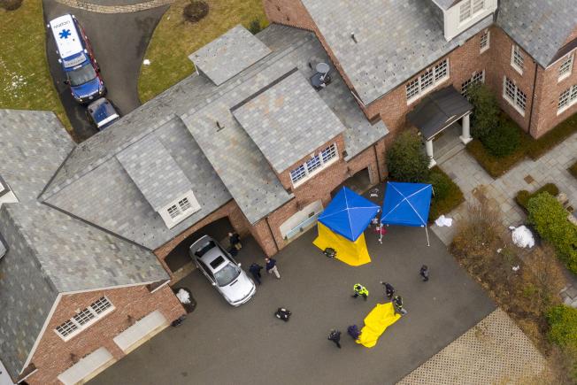 被控謀殺妻子的康州男子杜羅斯28日在家中車庫,試圖以一氧化碳中毒的方式自殺後,警方封鎖現場進行調查。( 美聯社)