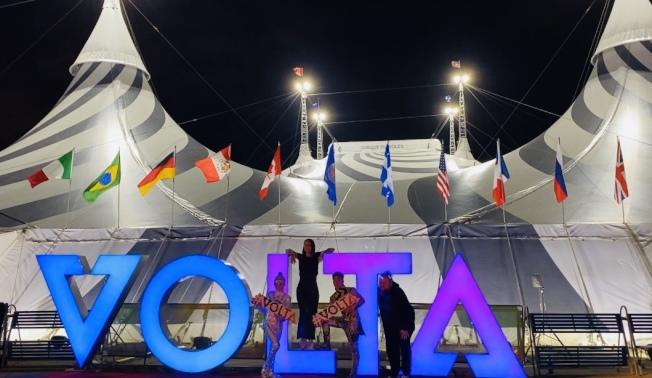 「VOLTA」21日晚舉辦首映,在洛杉磯道奇棒球場搭起的巨型帳篷中上演。(記者馬雲/攝影)