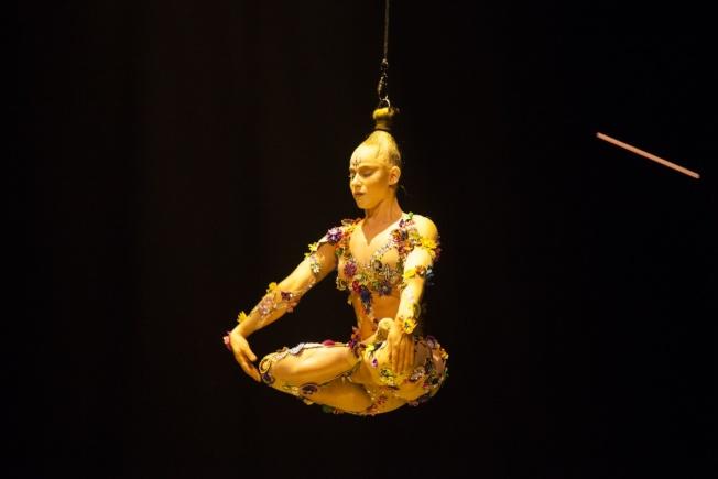 吊起頭髮在空中盤坐?「VOLTA」中很多角色很多受到亞洲文化影響。(記者馬雲/攝影)