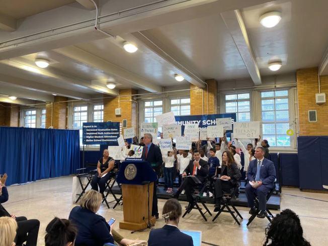 白思豪與卡蘭扎就紐約市社區學校影響報告舉行記者會。(記者黃伊奕/攝影)