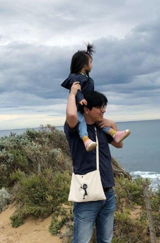 湯唯透露拍戲時會把女兒帶在身邊,圖為湯唯女兒和老公。(取材自微博)