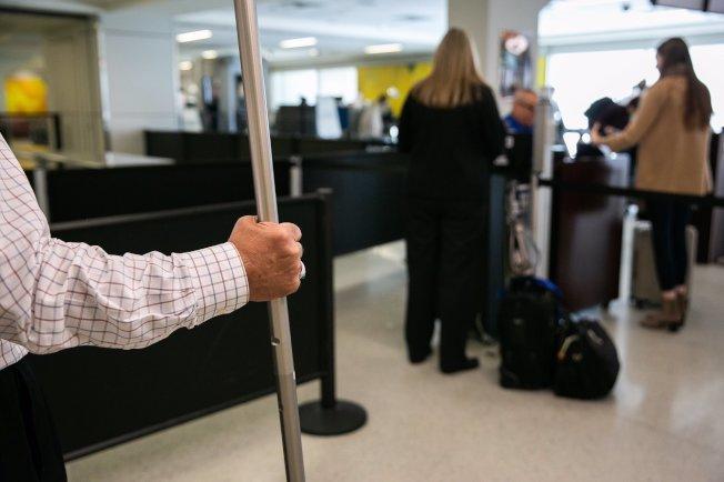 預防病毒擴散的措施,達拉斯-福和市國際機場開始篩檢入境的國際旅客。  (DFW 推特)
