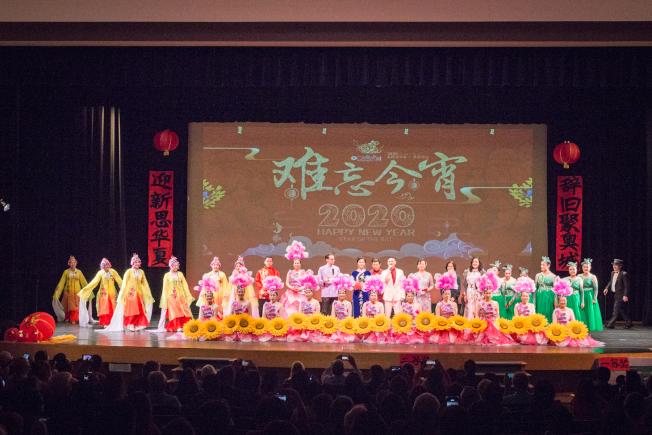 奧蘭多華協春晚壓軸節目「難忘今宵」,演員謝幕。(朱志凌提供)
