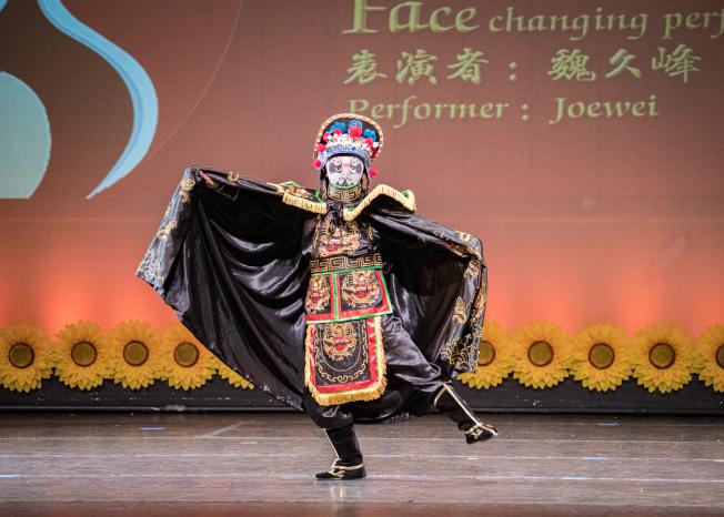 奧蘭多華協春晚節目之一,魏久峰演出變臉京劇名家喬麗演出霸王別姬。(朱志凌提供)